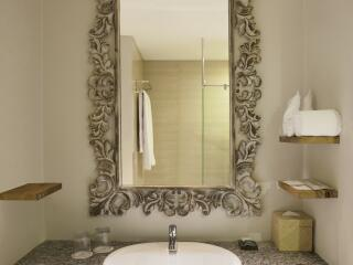 Deluxe Pool View Room Bathroom