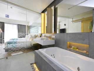 Deluxe Pool Room - Bathroom