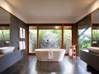 Windward Pavilion Bathroom
