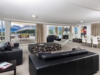 3 Bedroom Lakeview Apartment - Living