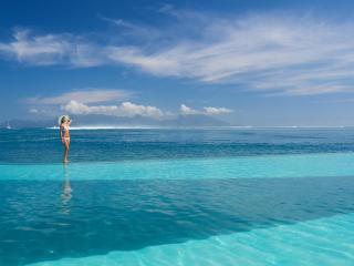 Horizon Pool - view to Moorea