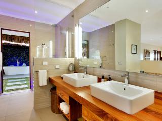 Deluxe Waterfront Bathroom